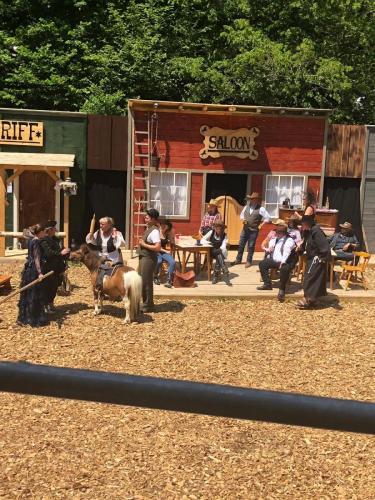 Saloon und ankommende Besucher werden gemustert