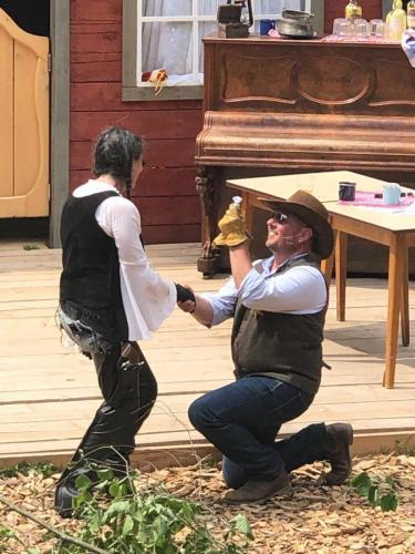 John macht Maria den Heiratsantrag